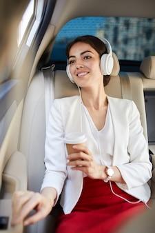Прослушивание музыки в такси
