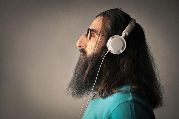 Прослушивание музыки в наушниках