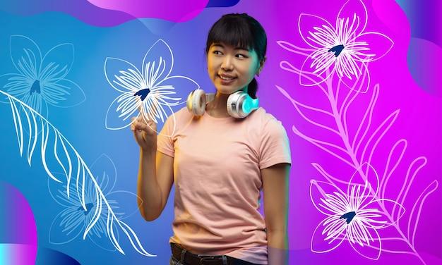 음악 듣기, 평화. 아시아 젊은 여자의 초상화입니다. 캐주얼에서 아름 다운 여성 모델입니다. 인간의 감정, 표정, 광고, 카피스페이스의 개념. 밝고 현대적인 컬러 배경입니다.