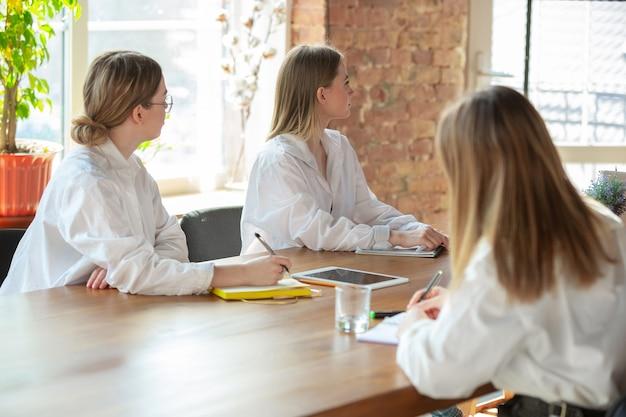 청취. 사무실에서 근무하는 젊은 백인 여성. 회의, 과제주고 받기, 말하기. 여성, 프론트 오피스의 관리자. 금융, 비즈니스, 여성 파워, 포용, 다양성 페미니즘의 개념