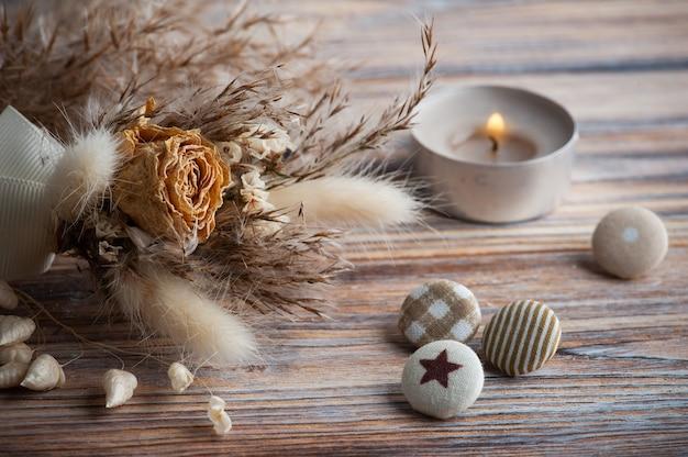 Зажженная свеча аромата и сухие цветы на деревенском столе. открытка на свадьбу