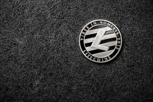 검은 배경에 litecoin 동전