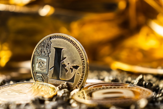 노란색과 금색 배경에 litecoin 암호 화폐 클로즈업, 동전 뒷면, 마이닝 로고