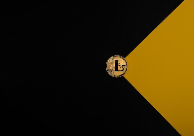 Золотая монета litecoin на черно-желтом фоне с копией космической криптовалюты и криптовалюты ...