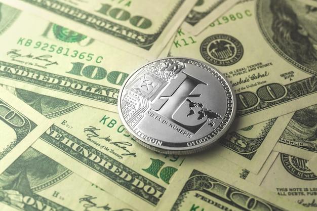 Litecoin с долларовыми купюрами на фоне, обмен криптовалюты и фото торговой бизнес-концепции