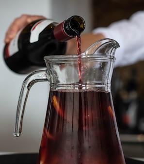 赤ワインとフルーツジュースで作ったサングリアのリットルの水差し
