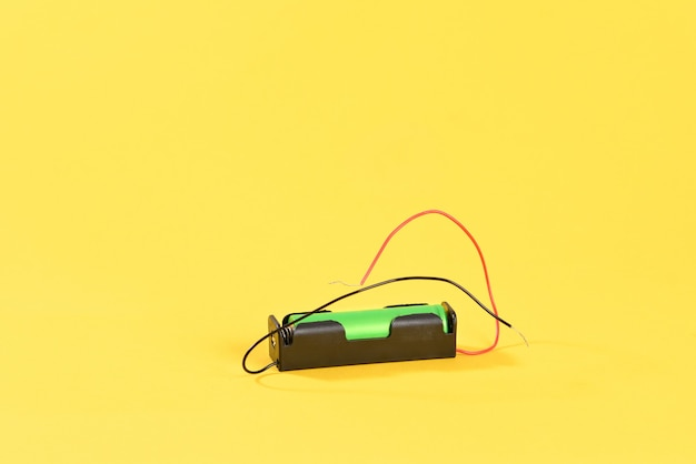 Литиевая батарея на желтом фоне