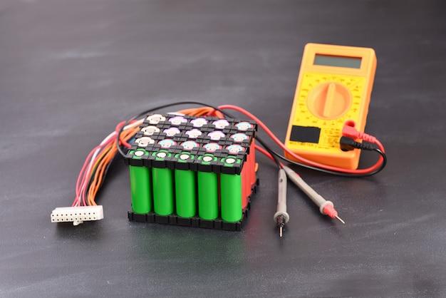 暗い背景のリチウム電池パック