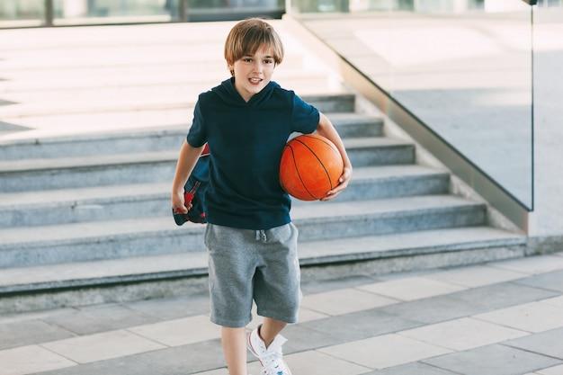バスケットボールのボールを持つlitlleかわいい男の子