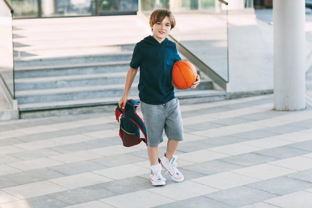 バスケットボールのかわいい男の子