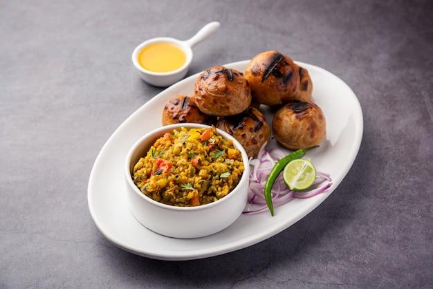 Litti chokha는 인도의 bihar 주에서 유래 한 완전한 식사입니다. 자르 칸드와 우타르 프라데시에서 인기가 있습니다. desi ghee와 함께 접시에 제공
