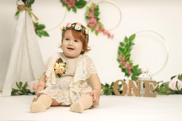 작은 1 세 빨간 머리 아름 다운 부드러운 웃는 소녀, 어린 시절 축 하 개념.
