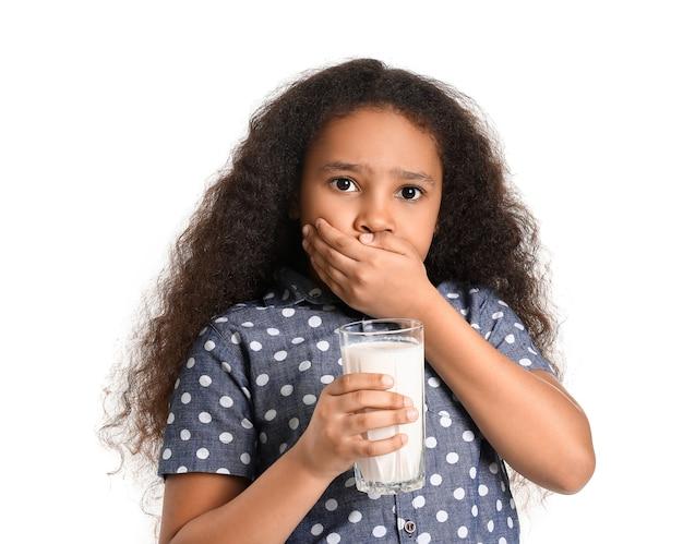 白の乳製品アレルギーを持つ小さなアフリカ系アメリカ人の女の子