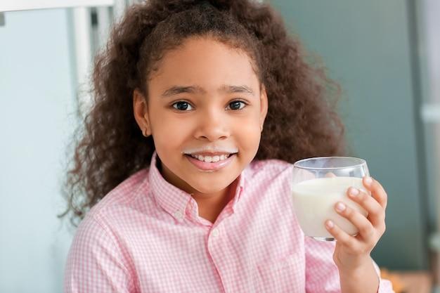 부엌에서 우유와 함께 아프리카 계 미국인 소녀