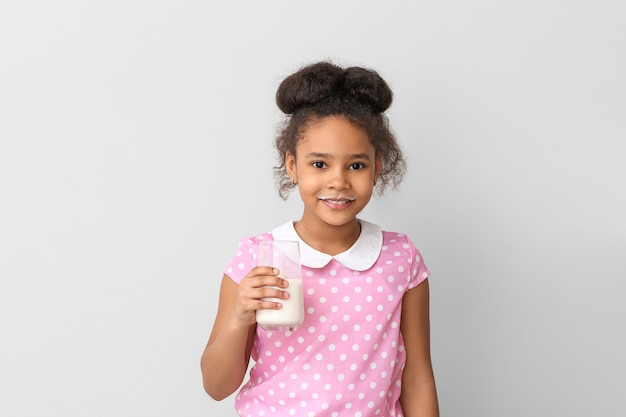 빛에 우유와 함께 아프리카 계 미국인 소녀