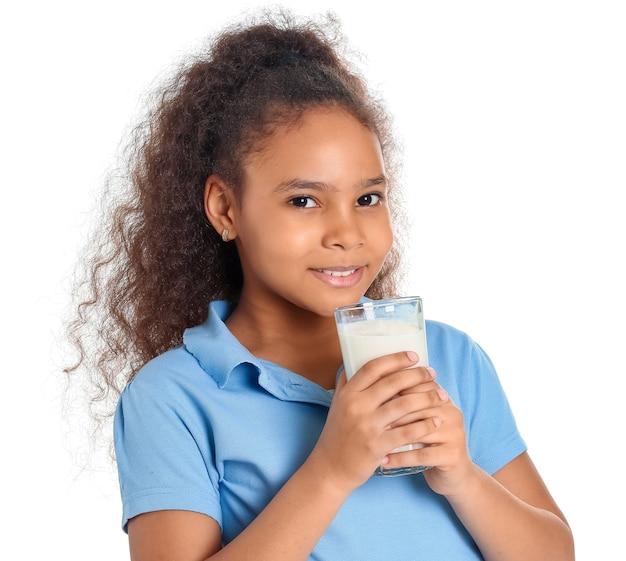 화이트에 우유와 함께 아프리카 계 미국인 소녀