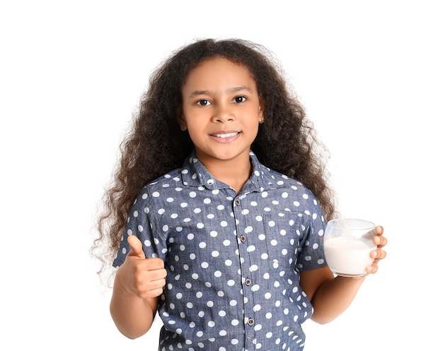 화이트에 엄지 위로 보여주는 우유와 아프리카 계 미국인 소녀