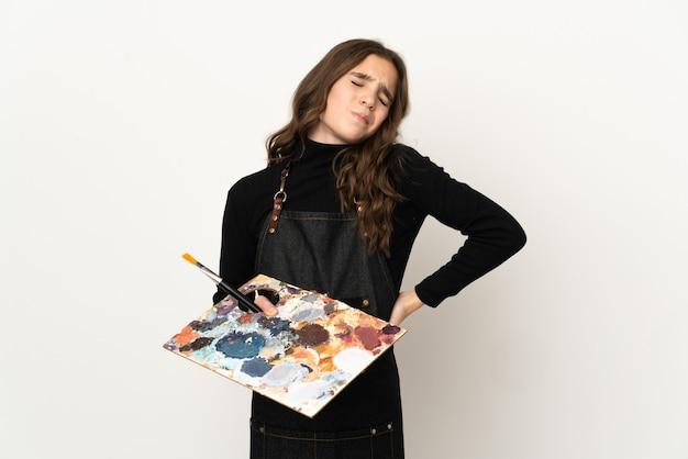 Маленькая девочка-художник, держащая палитру, изолированную на белом фоне, страдает от боли в спине за то, что приложила усилия