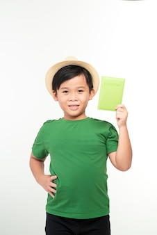 고립 된 흰색에 여권을 들고 아시아 소년