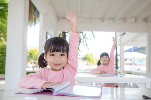 교실에서 수업 시간에 작은 아시아 소녀