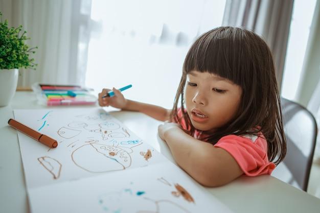 小さなアジアの女の子を描く