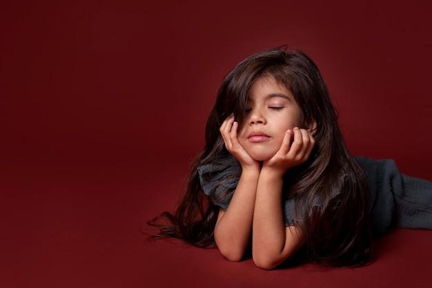 コピースペースで眠そうに見える小さなアジアの女の子
