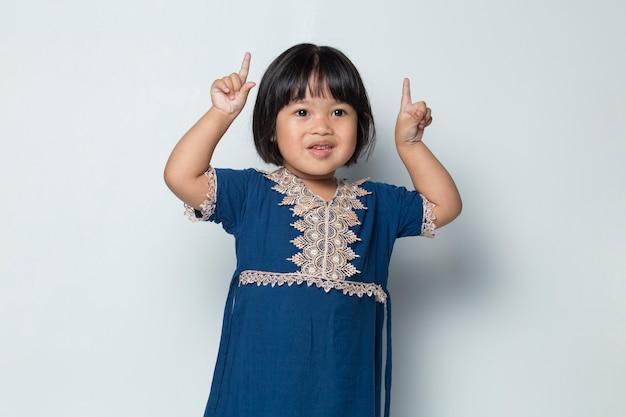 다른 방향으로 손가락으로 가리키는 아시아 소녀 광고 공간 복사