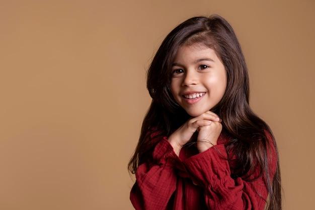 小さなアジアの女の子の笑顔の肖像画