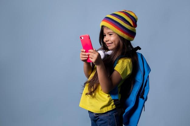 彼女の電話をチェックしている小さなアジアの女子高生