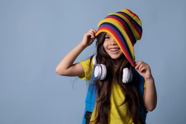 ヘッドフォンの肖像画を持つ小さなアジアの女子高生