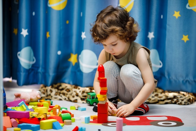 집에서 큐브를 가지고 노는 작은 자폐증 소년
