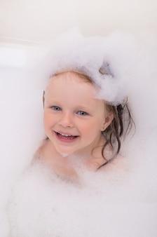 작은 아기 목욕 거품