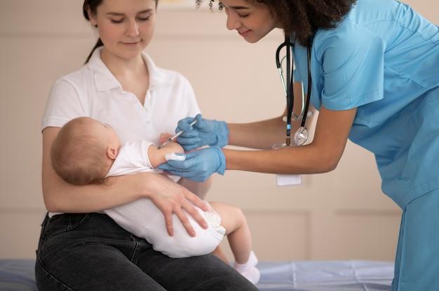 予防接種のために診療所にいる小さな赤ちゃん