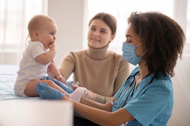 Piccolo bambino che si trova presso la clinica sanitaria per la vaccinazione