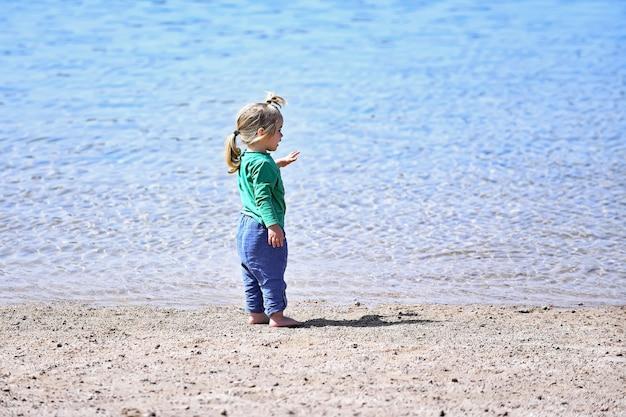 바다 또는 바다 여름 휴가 야외 어린 시절과 행복의 해변에서 작은 아기
