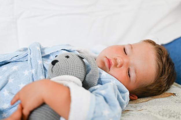 寝ているバスローブの男の子