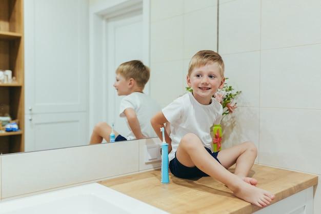 작은 아기는 화장실에서 양치질을 배운다