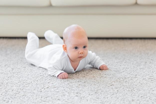 작은 아기 소년 또는 소녀 집에서 바닥에 크롤링