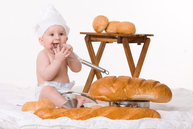 白地に小さな赤ちゃんシェフ、バゲット、パン