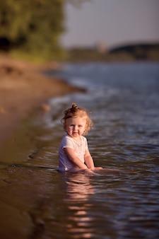 小さな女の赤ちゃん子供が川で屋外を浴びる
