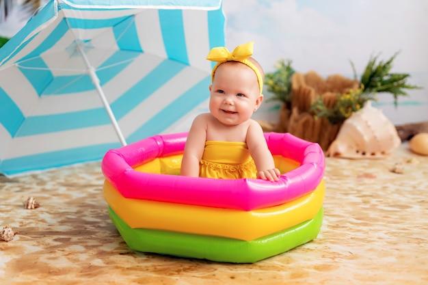 膨脹可能なプールの小さな女の赤ちゃん