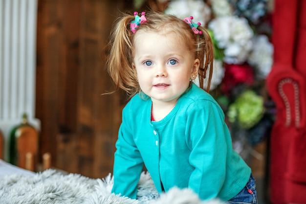 Маленькая девочка в комнате.