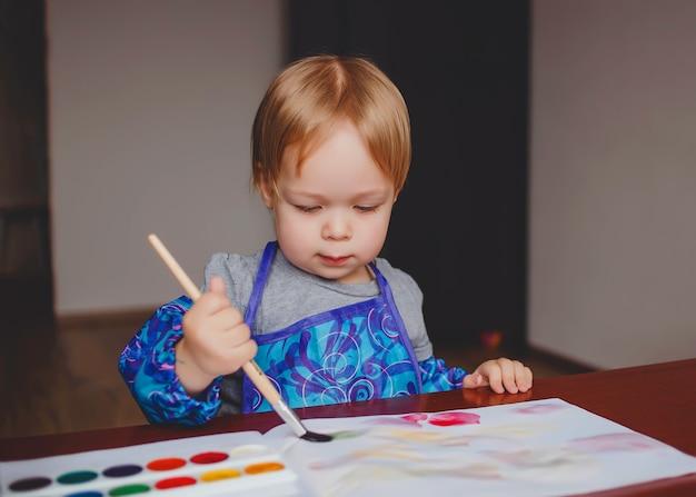 小さな女の赤ちゃん、アルバムに水彩絵の具でペイント