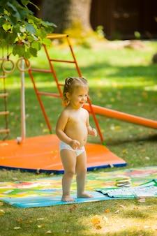 Маленькая девочка, играя на открытом воздухе