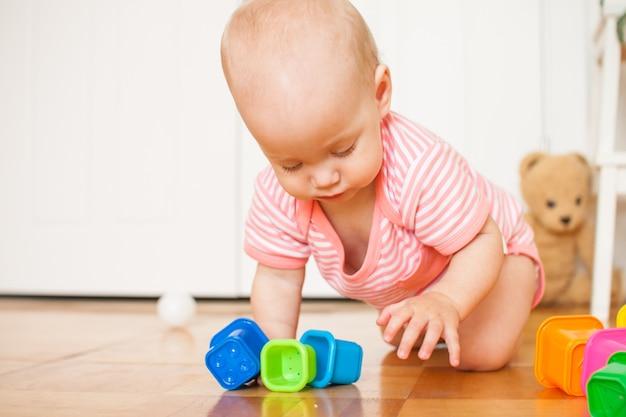 교육 장난감을 가지고 노는 아기 소녀
