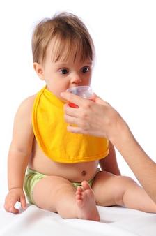 Маленькая девочка с нагрудником питьевой воды