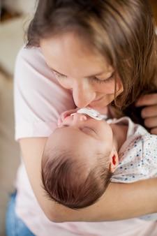 어머니의 손에 작은 아기. 어머니.