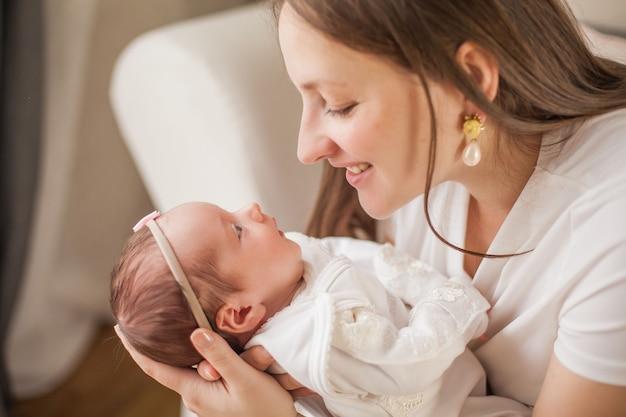 Маленький ребенок в руках матери. материнство.