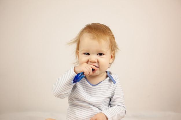 自分で歯磨きを練習している小さな赤ちゃん。