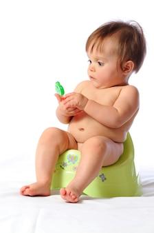 トイレに座っている小さな赤ちゃん